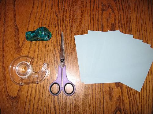 läbipaistev teip, klambrid, käärid, paberid