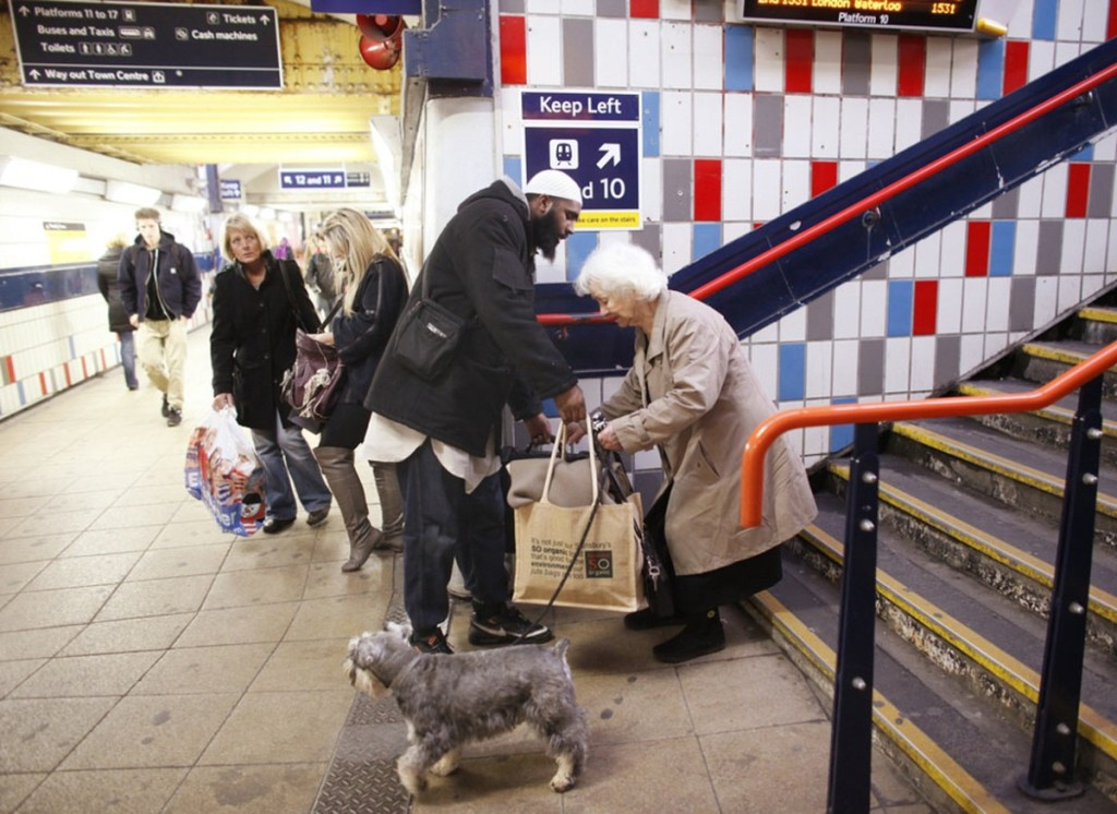 Vanem naine ja rasked kotid