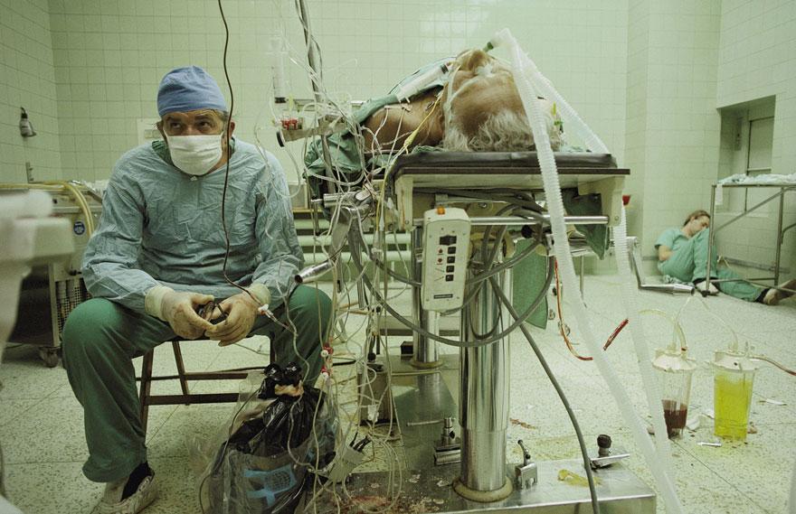 Südamekirurg pärast 23 tundi kestnud (edukat) südame siirdamist. Tema assistent magab nurgas