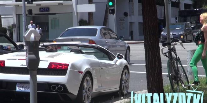 VIDEO: Mees tõestab, et Lamborghinit omades võib sõnagi lausumata naised üles korjata.