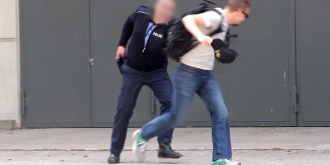 Mees varastab politseinikult mütsi, tema reageering on ootamatu!