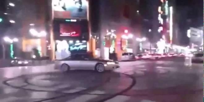 VIDEO: Driftija narritab politseinikke, tehes paar ringi otse nende naljaka politseiauto nina ees.